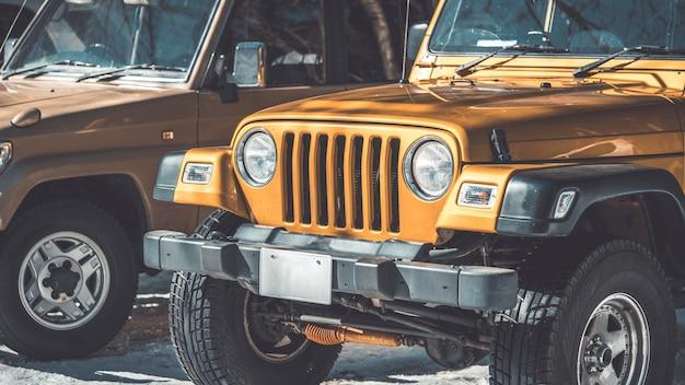 Viajar com carros de aventura em viagem por estrada ou dirigindo na rota de montanha