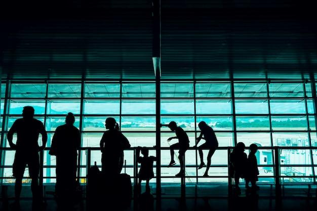 Viajar com o conceito de crianças. silueta, de, família, em, terminal partida, em, a, aeroporto