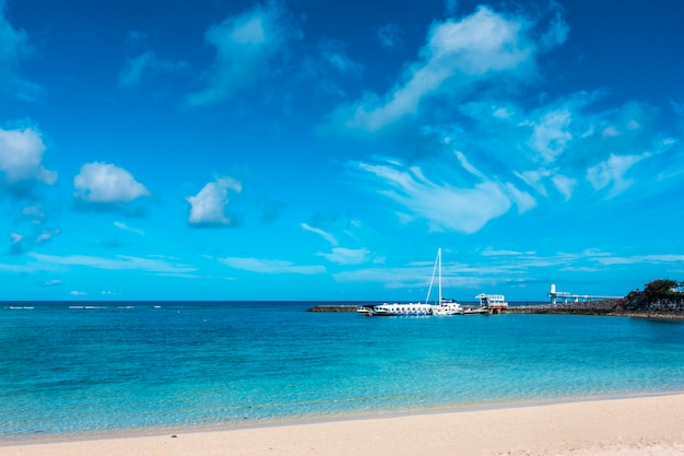 Viajar de barco no oceano com pano de fundo de nuvens de céu azul, destino de viagem