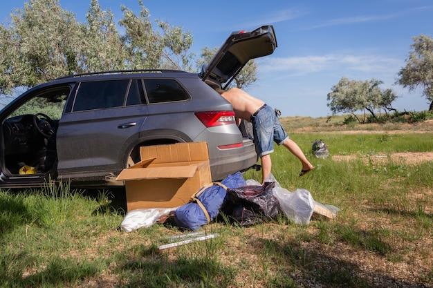 Viajar de carro. férias de verão em família na natureza. acampar na floresta ou no mar.