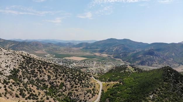 Viajar de carro. topo das montanhas na costa do mar negro da crimeia. vista de cima.
