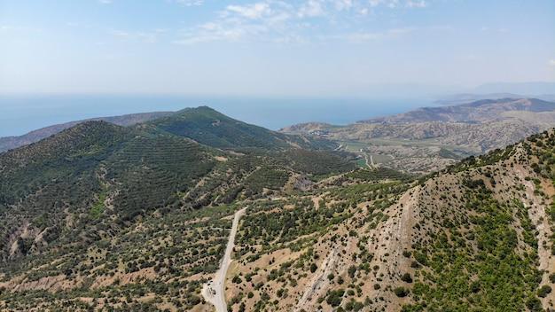 Viajar de carro. vista aérea das green mountains e da estrada costeira do mar negro