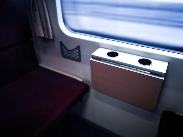 Viajar de trem. a bela vista da janela do trem