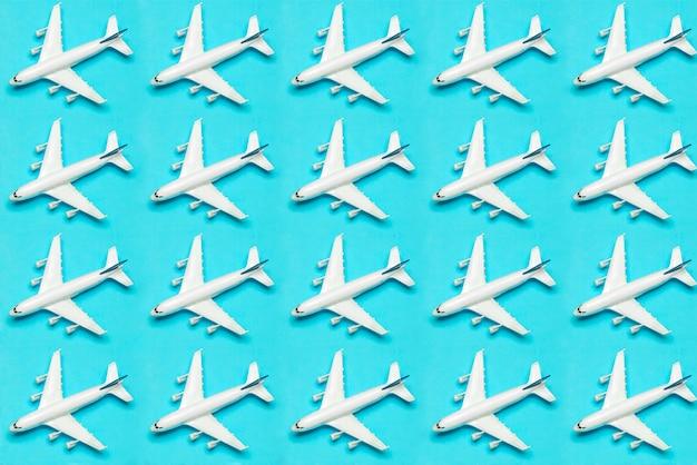 Viajar fundo mínimo. avião modelo em voo em um fundo colorido vazio. copie o espaço