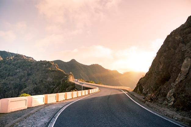 Viajar nas montanhas de anaga.