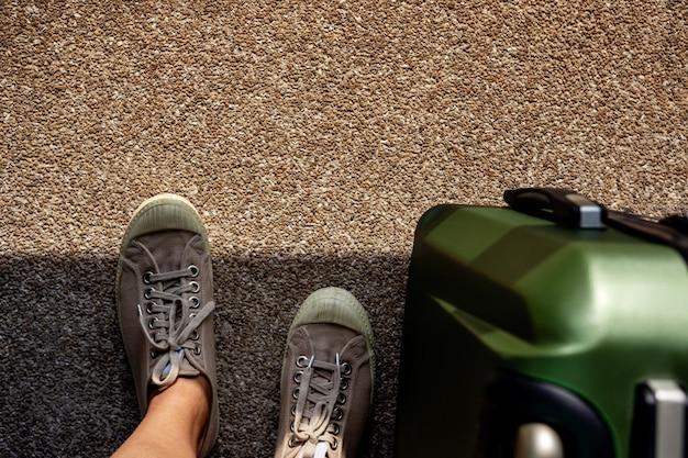Viajar no conceito de verão. vista superior, de, jovem, viajante, ligado, sapatilha, sapatos, com, bagagem