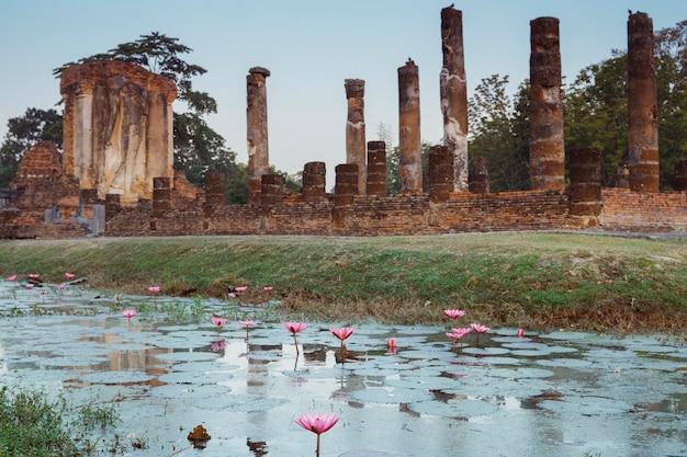 Viajar para a tailândia e o conceito de férias. religião, arte e cultura. vista panorâmica do monumento antigo nos templos sul de wat chetuphon em sukhothai, a cidade antiga asiática com herança budista.