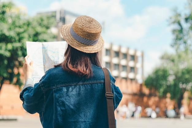 Viaje a procurar o sentido no mapa de lugar ao viajar no exterior no verão.