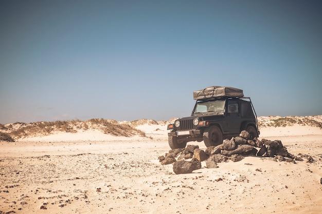 Viaje com carro e barraca no telhado para viver a aventura e explorar o mundo