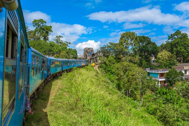 Viaje de trem público ao redor da ilha de sri lanka. o trem viaja por montanhas e plantações de chá. ferrovia cênica.