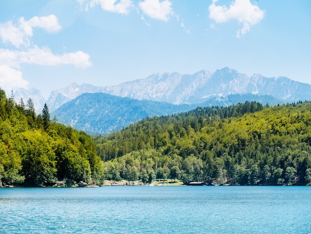 Viaje em um lago de montanha tendo como pano de fundo os alpes, baviera
