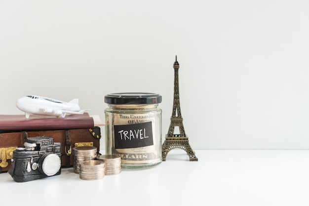 Viaje fundo, turismo e planejamento de férias, close-up, copie o espaço no fundo branco.