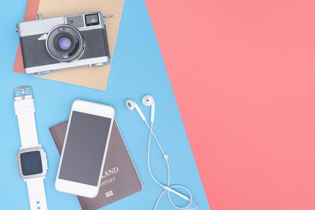 Viaje gadgets e objetos de vista superior para o viajante de negócios no espaço de cópia rosa amarela azul