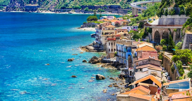 Viaje pela bela calábria, cidade costeira medieval de scilla