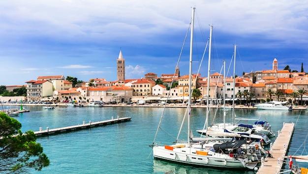 Viaje pela croácia, com a bela vista da cidade velha e marinha da ilha rab