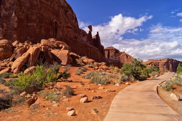 Viaje pelos parques nacionais do sudoeste dos estados unidos: a trilha park avenue no parque nacional arches, utah.