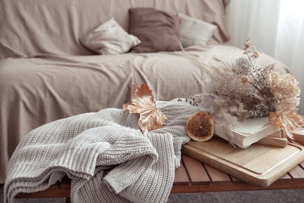 Vibe outono com detalhes de decoração de outono e um suéter de tricô no quarto. Foto gratuita
