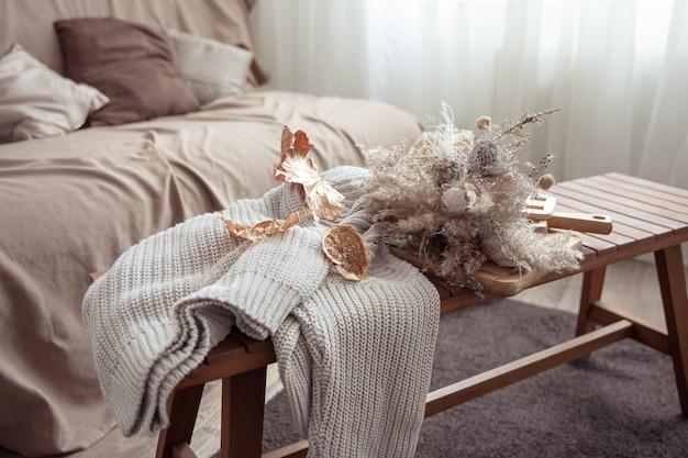 Vibe outono com detalhes de decoração de outono e um suéter de tricô no quarto.