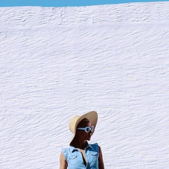 Vibrações de sombras de verão. garota em acessórios de moda. chapéu e óculos de sol