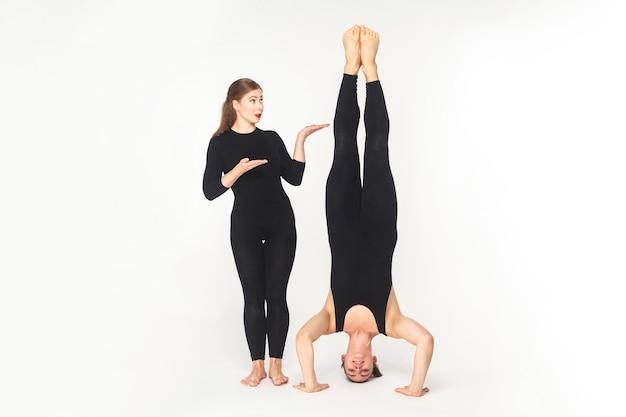 Vice-versa. mulher mostrando para o homem, fique na cabeça. foto do estúdio, isolada no fundo branco