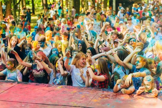 Vichuga, rússia - 17 de junho de 2018: uma multidão de pessoas felizes na celebração do festival de cores holi