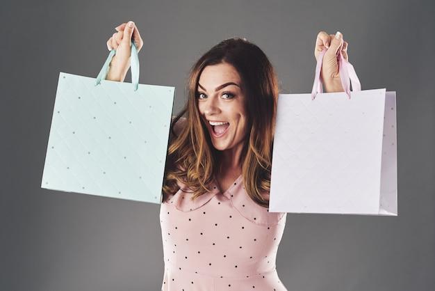 Viciada em compras feliz