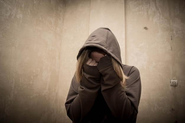 Viciado em drogas sem esperança, passando por crise de dependência, retrato da dependência de substâncias de jovens