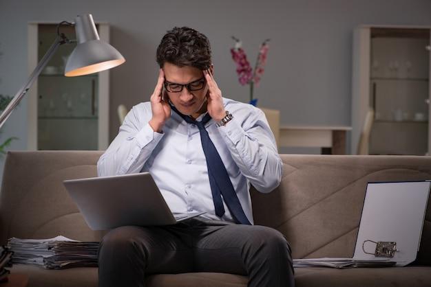 Viciado em trabalho do empresário trabalhando até tarde em casa