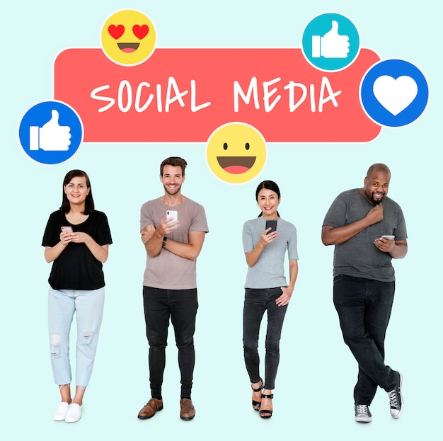 Viciados em mídias sociais usando seus telefones