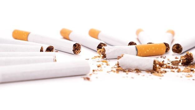 Vício de nicotina, danos de fumar cigarro quebrado em fundo branco.