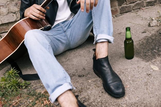 Vício em álcool, mau hábito, bêbado, conceito de estilo de vida jovem