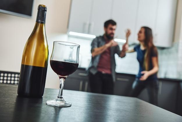 Vício negado é recuperação retardada família de casal de alcoólatras discutindo na cozinha