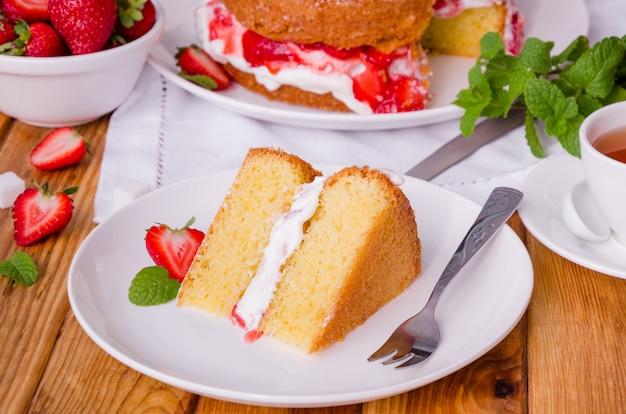 Victoria sponge cake com chantilly e morango