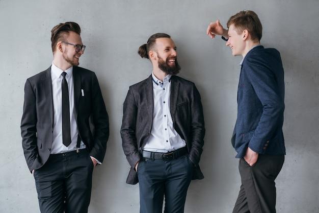 Vida corporativa moderna. colegas do sexo masculino conversando bem durante o intervalo do trabalho