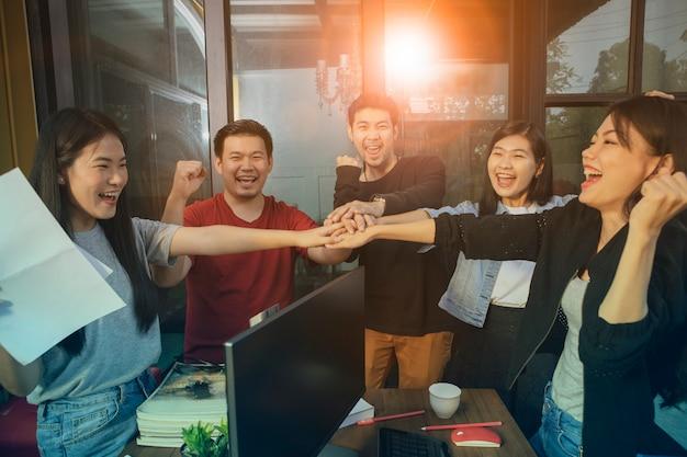 Vida de escritório, emoção de felicidade da equipe freelancer trabalhando com sucesso no projeto de emprego