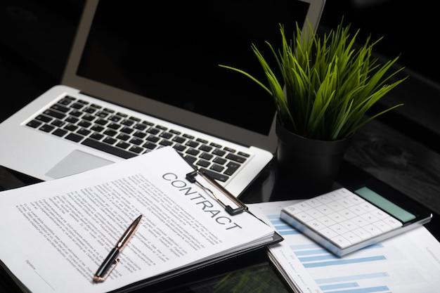 Vida de escritório, papelada, contrato de cliente, conceito de acordo de negócios