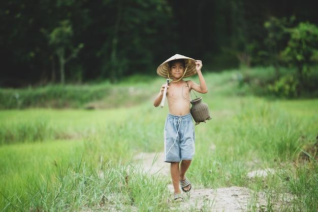 Vida menino asiático na zona rural