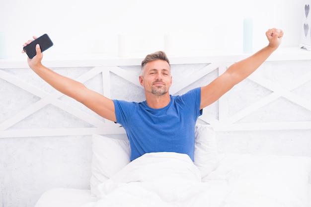 Vida moderna auto-isolamento e quarentena fique em casa manhã comunicação online homem maduro