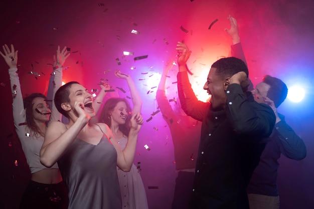 Vida noturna com pessoas dançando em uma boate