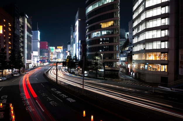 Vida noturna da cidade com brilhos de luz