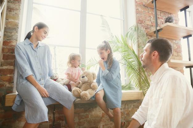 Vida nova. família adulta mudou-se para uma nova casa ou apartamento. cônjuges e filhos parecem felizes e confiantes