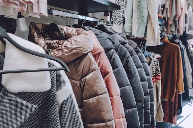 Vida sustentável, guarda-roupa zero. moda de segunda mão