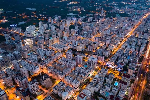 Vida urbana aglomerada ao anoitecer iluminada pelo tráfego urbano na turquia
