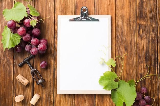 Videiras e uvas com espaço de cópia