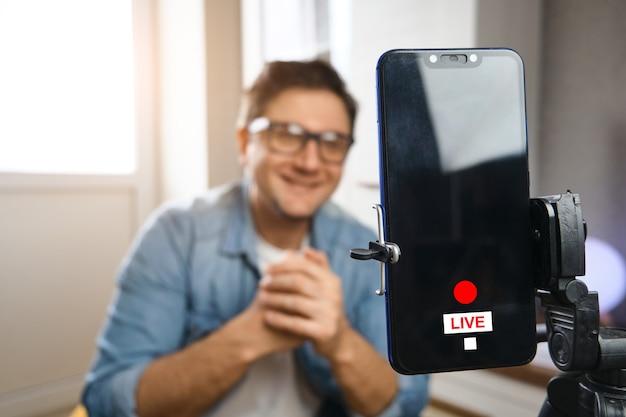 Video blogger gravando conteúdo para o canal