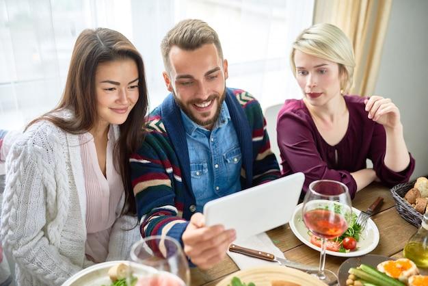 Vídeo-chamada de jovens na mesa de jantar