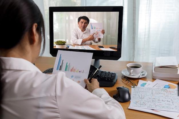 Vídeo chamada de longa distância de negócios, empresário e empresária analisando relatório financeiro usando aplicativo de videoconferência para comunicação virtual