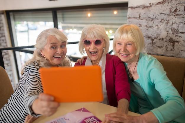 Video chamada. mulheres idosas bonitas fazendo uma videochamada e parecendo animadas