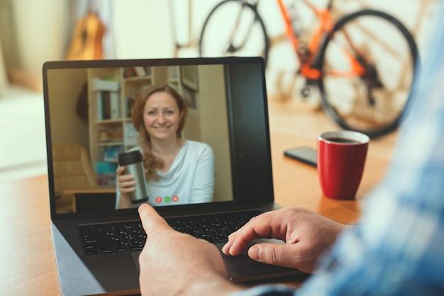 Video chamada. trabalhar em casa usando uma webcam para se comunicar com os colegas.