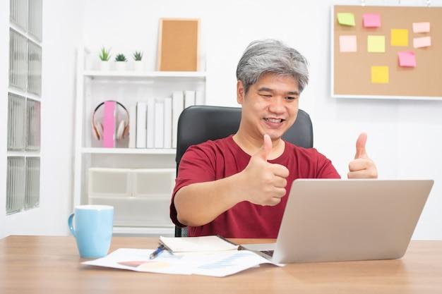 Vídeo-conferência de empresário asiático chamando no laptop falar por webcam